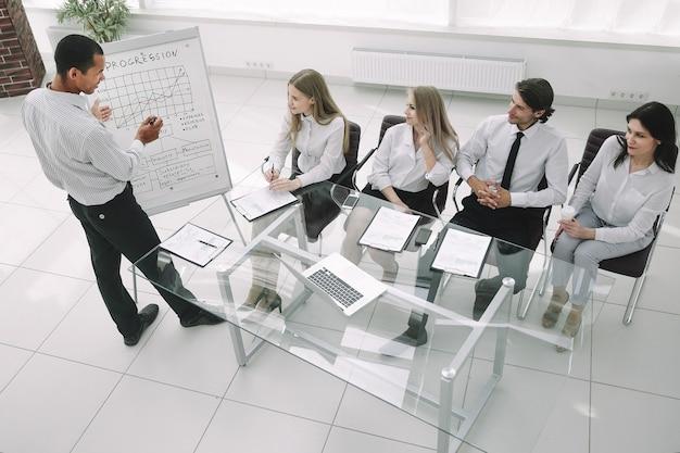 Vista superior.equipo empresarial en la presentación de un nuevo proyecto financiero.foto con espacio de copia