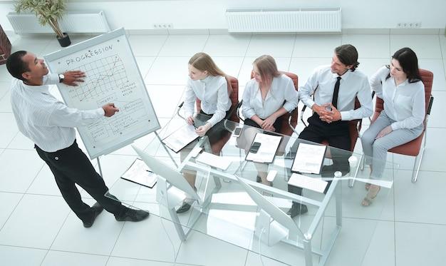 Vista superior del equipo empresarial en la presentación de un nuevo proyecto financiero.