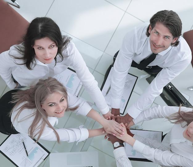 Vista superior.equipo empresarial profesional muestra su éxito.el concepto de trabajo en equipo.