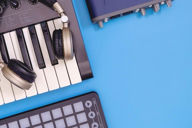 Vista superior del equipo de estudio casero de dj con espacio azul de la copia
