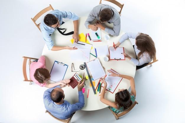Vista superior del equipo de negocios en el espacio de trabajo