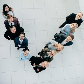 Vista superior. equipo de negocios sonriente mirando a la cámara