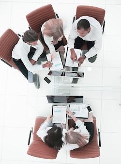 Vista superior el equipo de negocios trabaja con documentos financieros.