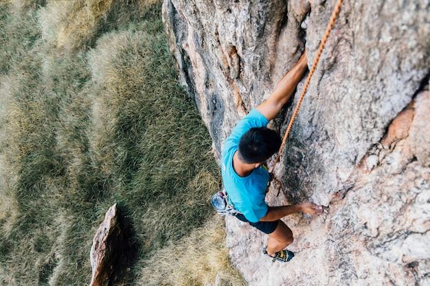 Vista superior de escalador con cuerda
