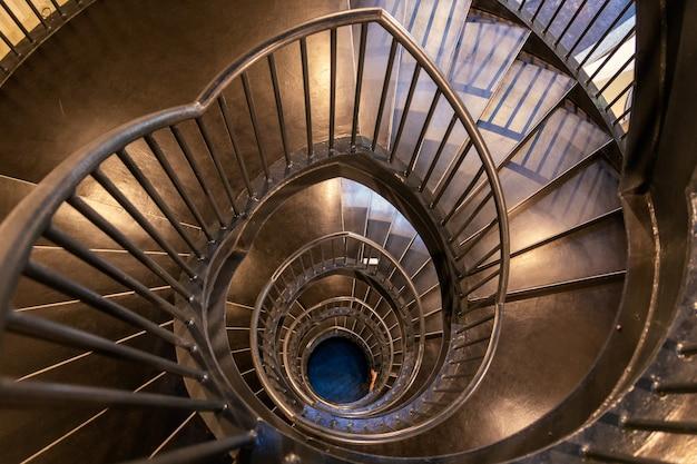 Vista superior de la escalera de metal en espiral
