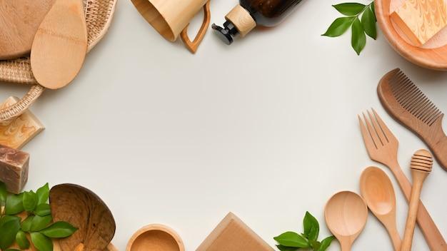 Vista superior de la escena creativa con utensilios de cocina de madera y espacio de copia sobre fondo blanco.