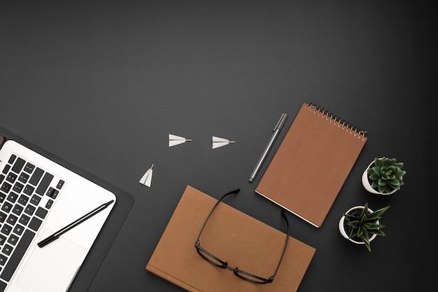 Vista superior del escritorio con agenda y gafas