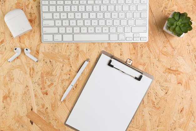 Vista superior del escritorio con bloc de notas y teclado