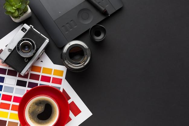 Vista superior del escritorio con café y paleta de colores.