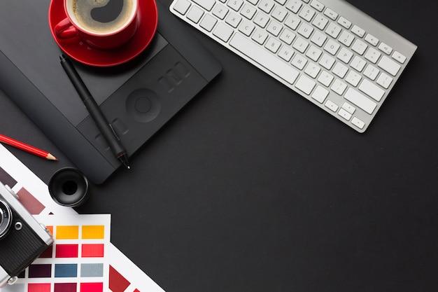 Vista superior del escritorio con café y teclado.