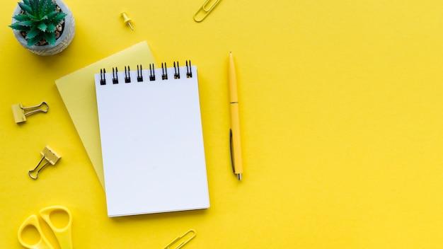 Vista superior del escritorio con cuaderno y espacio de copia