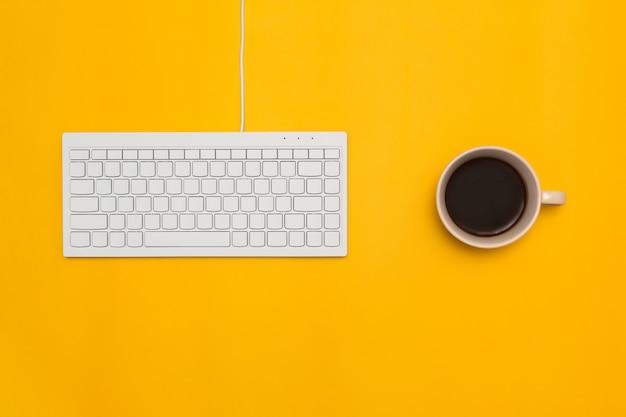 Vista superior del escritorio y estilo de vida en el fondo de color.