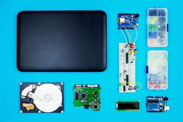 Vista superior del escritorio del ingeniero de hardware