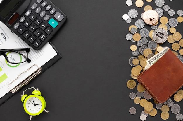 Vista superior del escritorio con instrumentos financieros