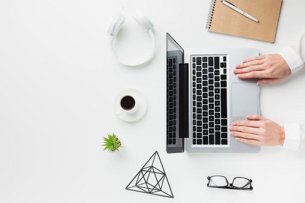 Vista superior del escritorio con laptop y auriculares