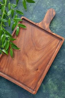Vista superior del escritorio de madera marrón sobre un fondo azul oscuro color de los alimentos cocina de carne cuchillo antiguo cocina de carnicero