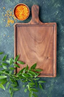 Vista superior de escritorio de madera marrón sobre la superficie azul oscuro cocina antigua color carne carnicero cuchillo de cocina alimentos