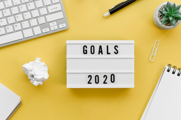 Vista superior del escritorio con metas para el nuevo año