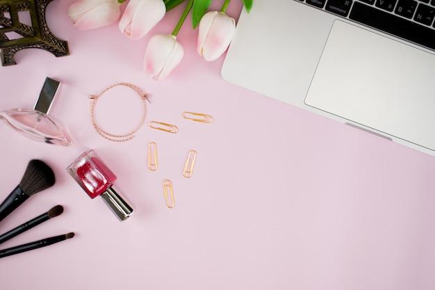 Vista superior del escritorio de la mujer rosa de moda. espacio de trabajo de oficina en casa.