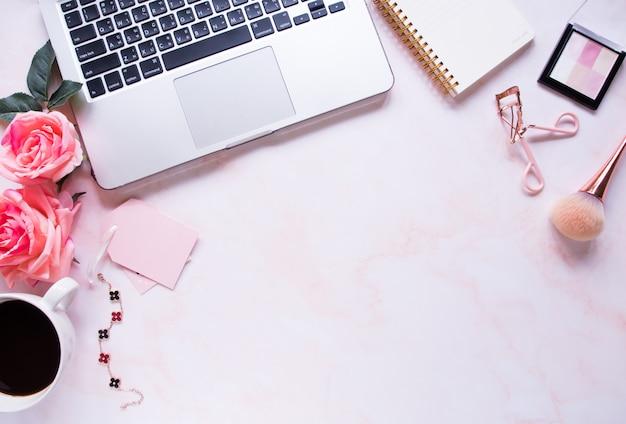 Vista superior, escritorio de oficina de color rosa.