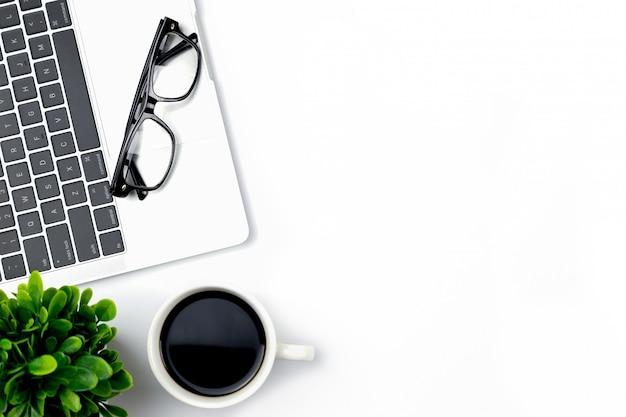 Vista superior del escritorio de oficina con espacio de trabajo en la oficina con cuaderno en blanco y otros suministros de oficina