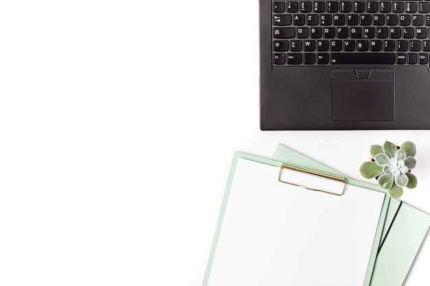 Vista superior del escritorio de oficina. mesa con portátil y material de oficina. espacio de trabajo plano de oficina en casa, trabajo remoto, aprendizaje a distancia, videoconferencia, concepto de llamadas
