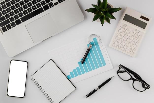 Vista superior del escritorio de oficina con tabla de crecimiento