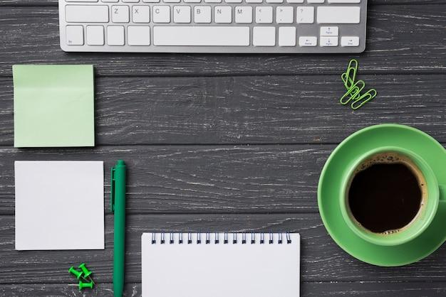 Vista superior del escritorio organizado con taza de café y cuaderno