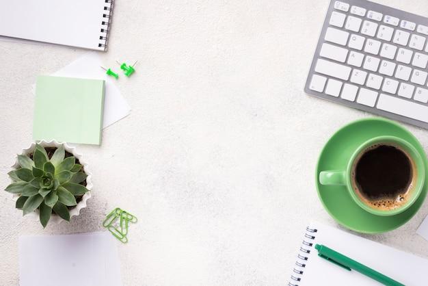 Vista superior del escritorio con plantas suculentas y papelería