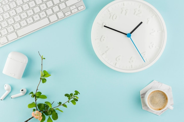 Vista superior del escritorio con reloj y planta