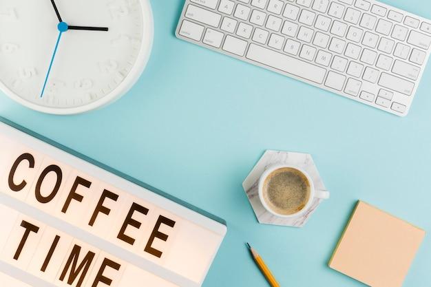 Vista superior del escritorio con teclado y café.