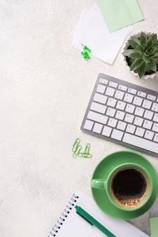 Vista superior del escritorio con teclado y papelería.