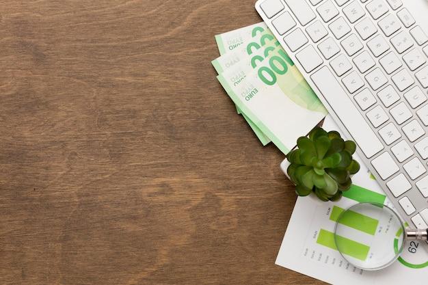 Vista superior de espacio de copia de dinero y teclado