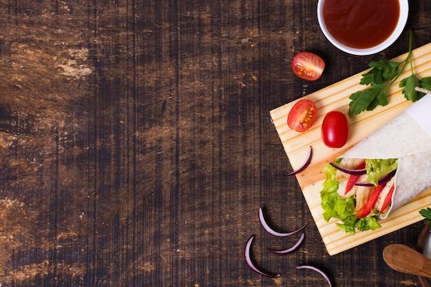 Vista superior del espacio de copia de kebab de carne y verduras cocidas