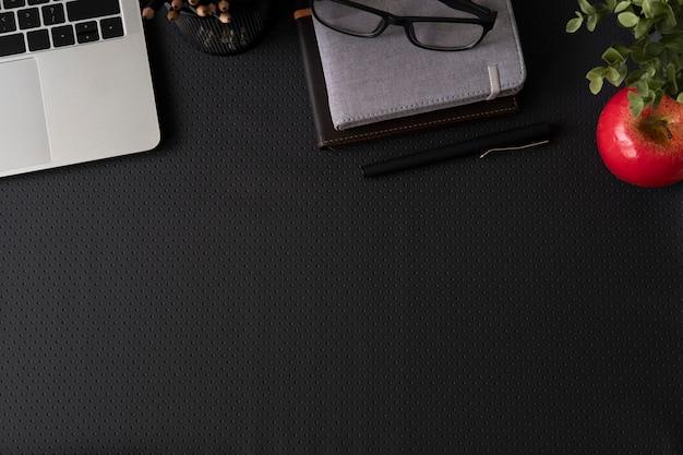 Vista superior con espacio de copia de mesa de escritorio de cuero de oficina con suministros de computadora.