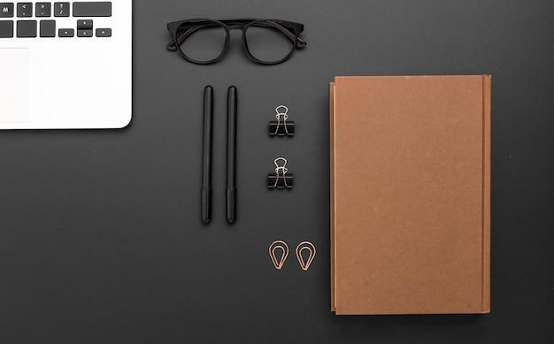 Vista superior del espacio de trabajo con agenda y bolígrafos.