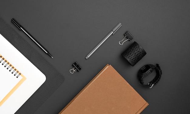 Vista superior del espacio de trabajo con agenda y cuaderno