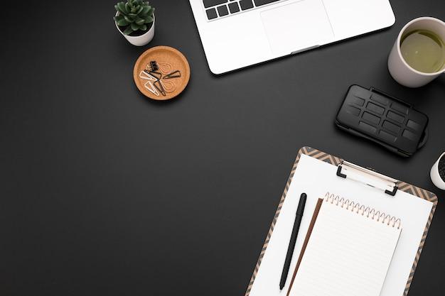 Vista superior del espacio de trabajo con bloc de notas y espacio de copia
