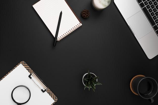 Vista superior del espacio de trabajo con cuaderno y bloc de notas