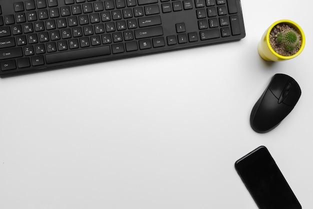 Vista superior del espacio de trabajo de un empleado de oficina con teclado de computadora