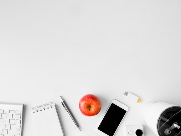 Vista superior del espacio de trabajo de escritorio de oficina con notebook, teléfono y gadget sobre fondo blanco, diseñador gráfico, concepto de diseñador creativo.
