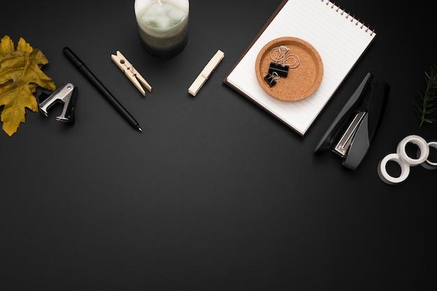 Vista superior del espacio de trabajo con espacio de copia y elementos esenciales del escritorio