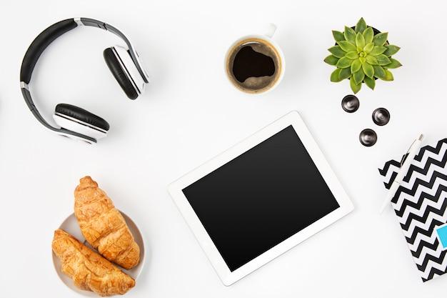 Vista superior del espacio de trabajo femenino oficina blanca con laptop