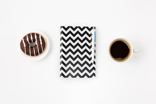 Vista superior del espacio de trabajo femenino oficina blanca con notebook
