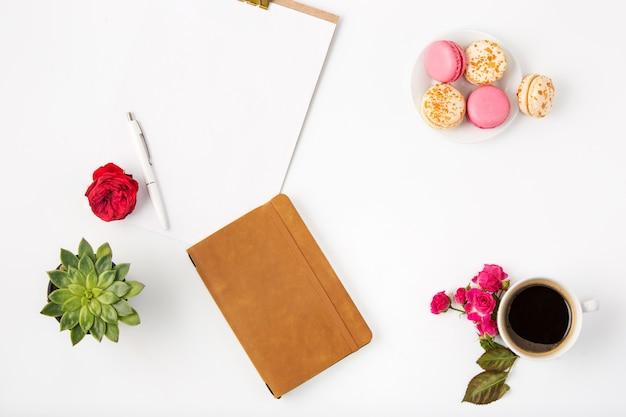 Vista superior del espacio de trabajo femenino de oficina blanca con notebook