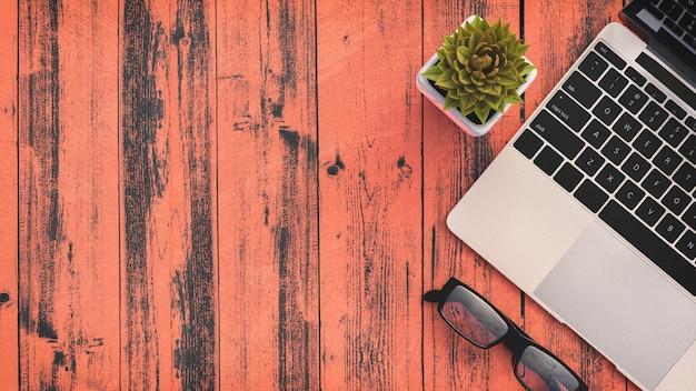 Vista superior del espacio de trabajo con laptop, fondo con copyspace
