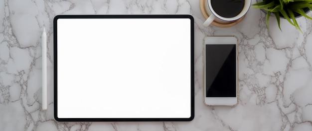Vista superior del espacio de trabajo moderno con tableta de pantalla en blanco, teléfono inteligente y taza de café