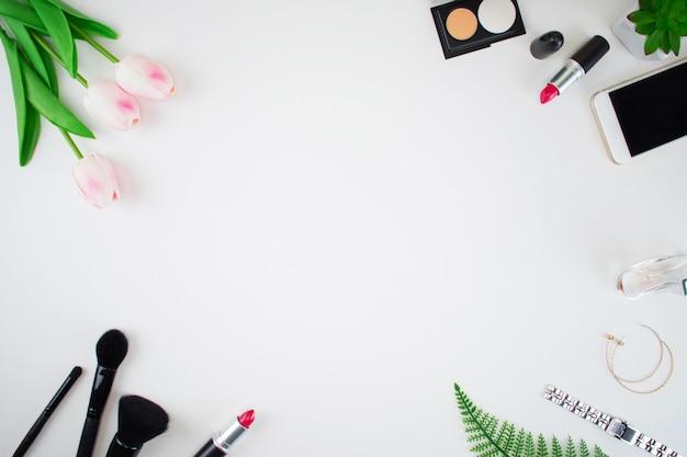Vista superior del espacio de trabajo, oficina en casa. moda femenina
