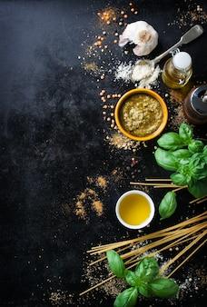 Vista superior de espaguetis sin cocer con hierbas aromáticas