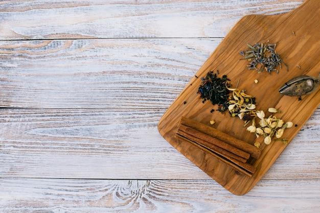 Vista superior de especias aromáticas con palitos de canela